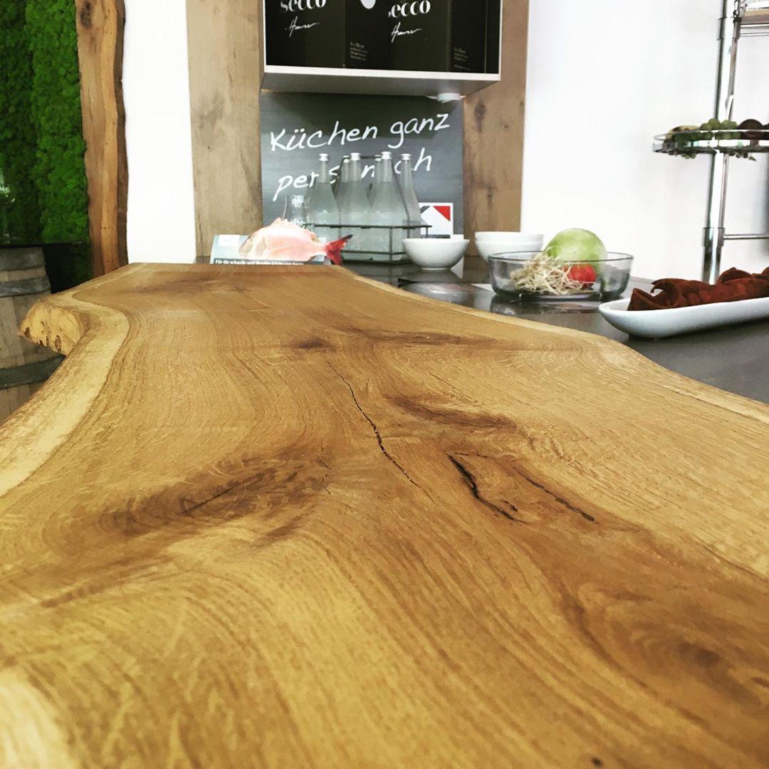 Keitel Gloss Gmbh On Instagram Eichenholz Mit Baumkante Als Applikation Fur Kuchenarbeitsplatte In Unserer Ausstell Eiche Holz Kuchenarbeitsplatte Eiche