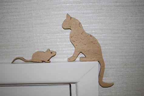 Chat et souris qui fixe au dessus d\u0027un cadre de porte ou s\u0027asseoir
