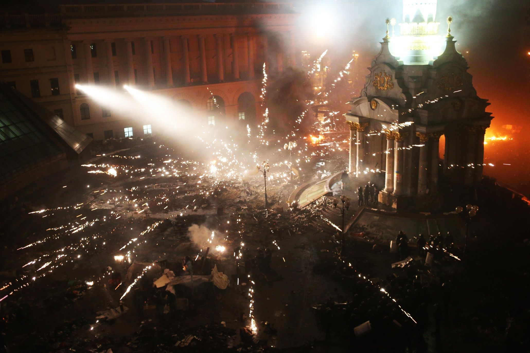 Chaotic scenes are witnessed in Kiev's Independence Square as anti-government protesters and riot police continue to battle for control of the Ukrainian capital..
