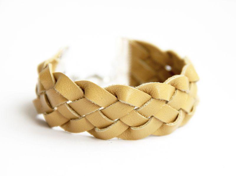 senfgelbes Flechtarmband aus Leder von lille mus // Clutches & andere Accessoires auf DaWanda.com