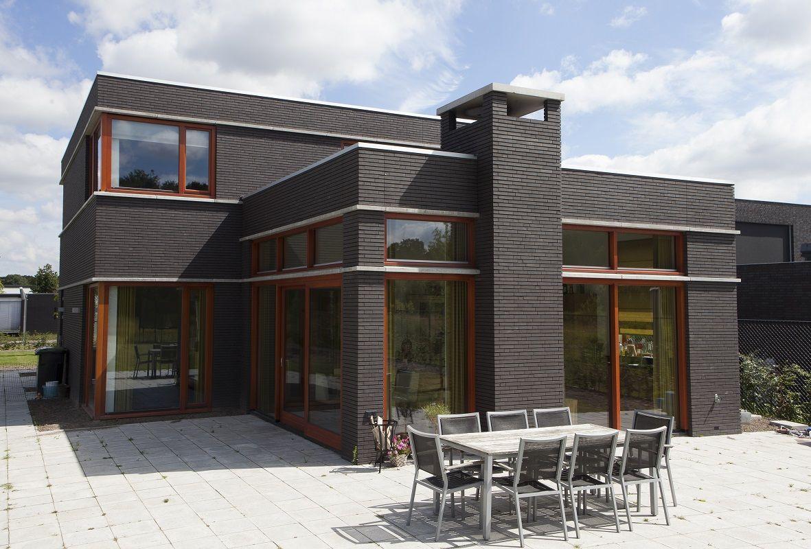 Villa Jongbloed heeft duidelijke horizontale lijnen die in het hele ontwerp zijn doorgevoerd.