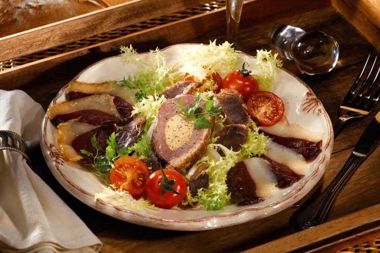 Connaissez-vous la salade Montalde ?  Cette salade est un grand classique de la cuisine landaise 100% canard. Pour la petite histoire, Montalde veut dire « de Montaut », village où est implanté Lafitte depuis toujours.
