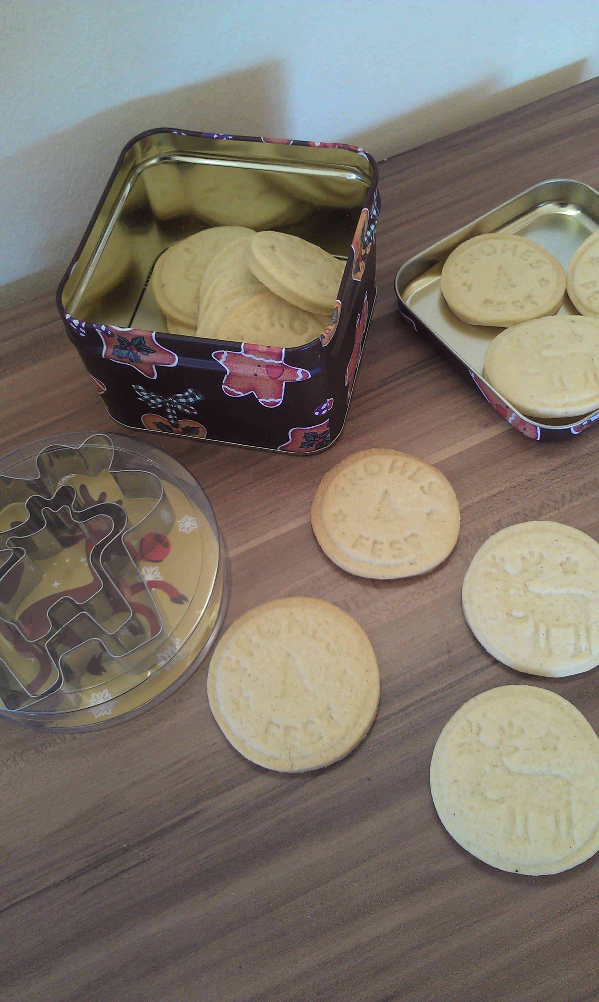 Ich habe mein Wichtelpaket von Anja von Meine Torteria bekommen. 4 Kleine Päckchen und jeden Adventssonntag darf ich eines öffnen. Am 1. Advent durfte ich das erste Päckchen auspacken. Darin waren Ausstecher und selbstgemachte Cookies.