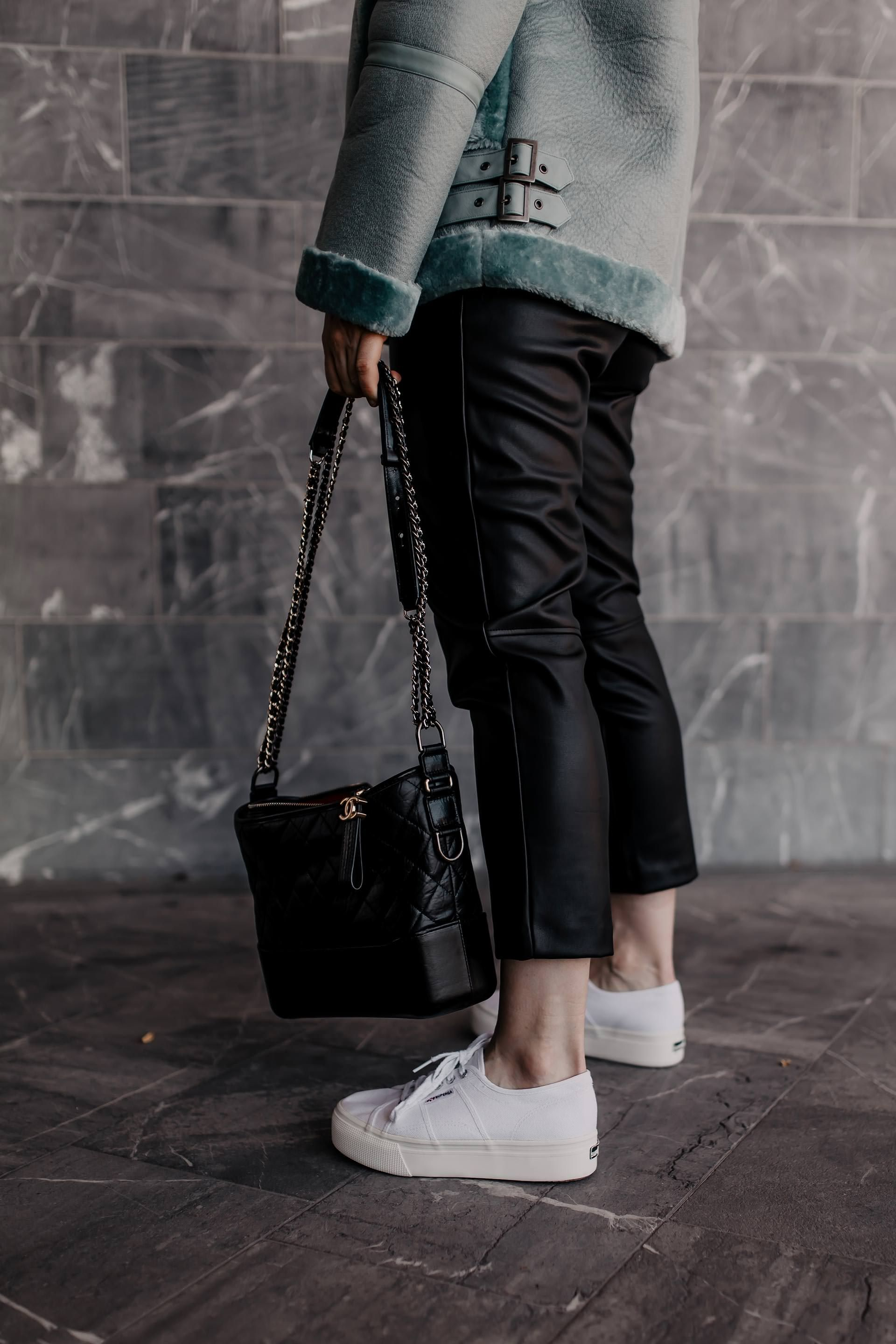 Styling-Tipps: So kombiniere ich weiße Sneakers im Herbst! – Who is Mocca?   Mode, Outfits, Beauty, Karriere, Einrichtung