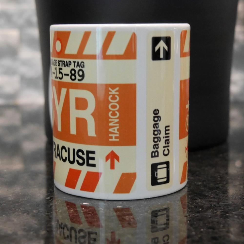 BAL Baltimore Kaffeebecher • Flughafencode & Vintage-Gepäckanhänger-Design