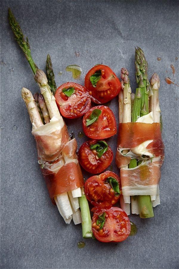 Espárragos asados con jamón, tomates y aceite de oliva http://cocinayvino.net/receta/tapas/5718-esparragos-asados-con-jamon.html