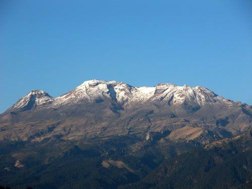 Se alza en la sierra Nevada mexicana, a 70 km al sureste de la ciudad de México. Constituye la tercera mayor elevación del país.