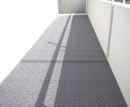 Balkon mit balkonbelag excellence und expansionsleisten bodenbelag belag balkon - Bodenfliesen balkon kunststoff ...