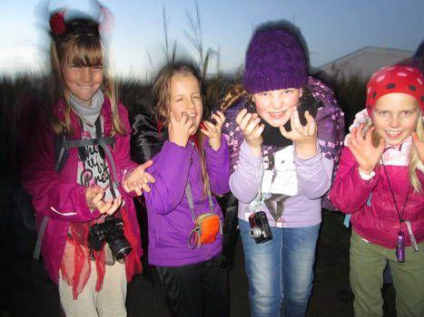 """Institut Lernen und Leben e.V. - Hort """"Am SchulcampusAmelie, Karla, Alena und Jasmin beim Halloween-Fotoworkshop auf Karls Erdbeerhof"""