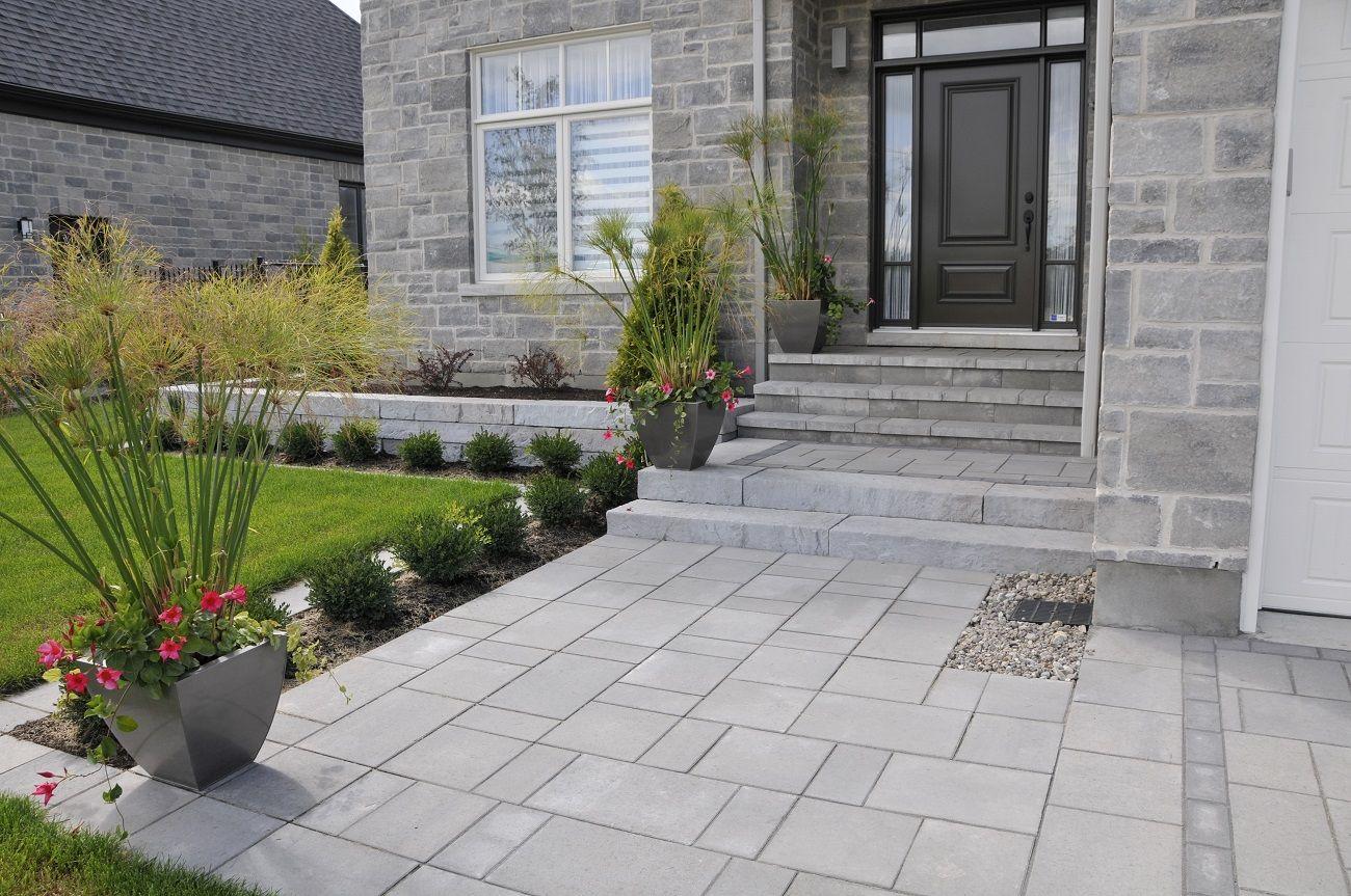L Amenagement Paysager De Cette Nouvelle Propriete De Longueuil Devait S Harmoniser Avec L Architec Modern Landscape Design Modern Landscaping Landscape Design