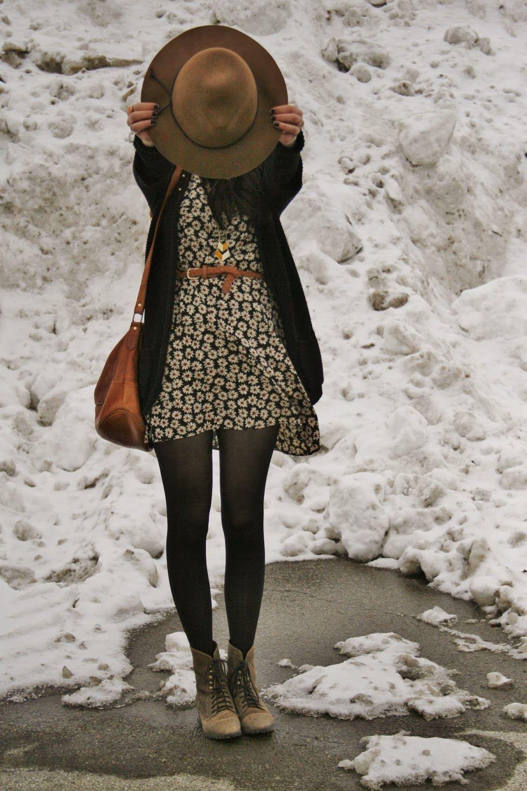 Sombrero. Abrigo negro. Vestido floral. Medias panty.  2c316e482d53