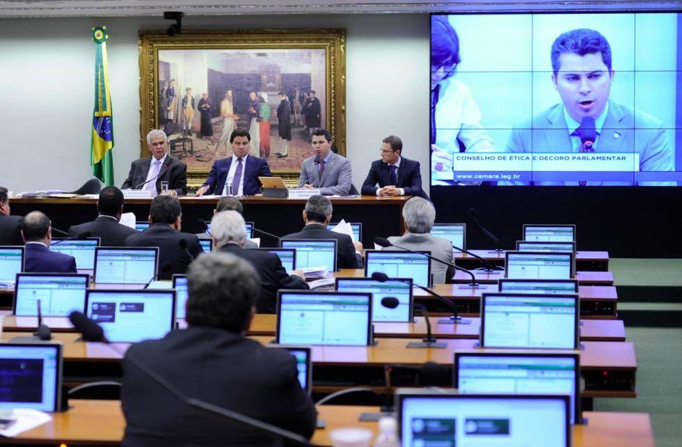 Marcos Rogério lê seu relatório no Conselho de Ética.