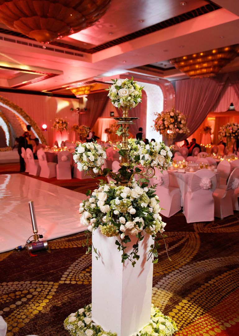 The Traditional Oil Lamp Receives An Innovative Touch At Chamila S And Mayuri S Wedding Traditional Wedding Decor Luxury Wedding Centerpieces Beautiful Decor