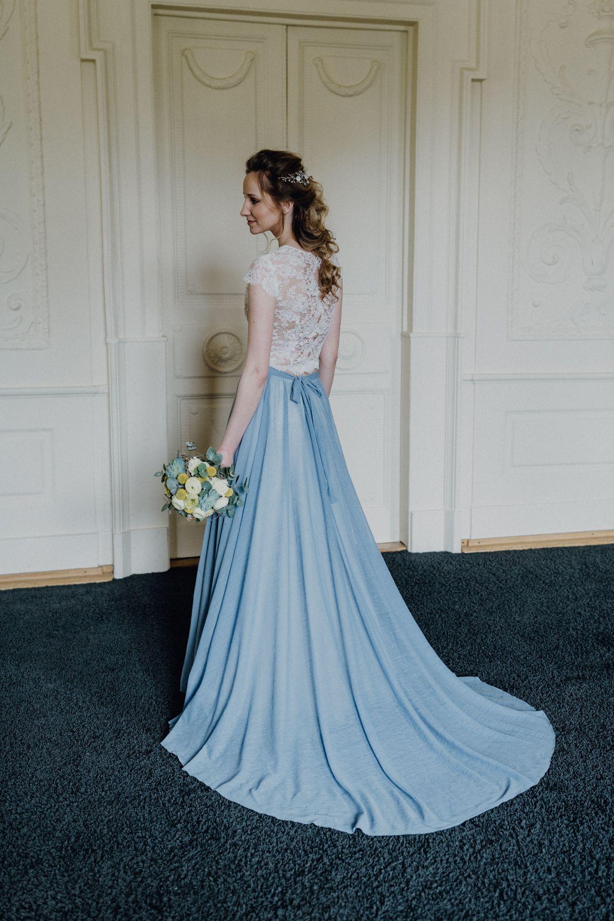 Urban heiraten in Blau und Gelb mit cooler Gin Bar  Kleid spitze