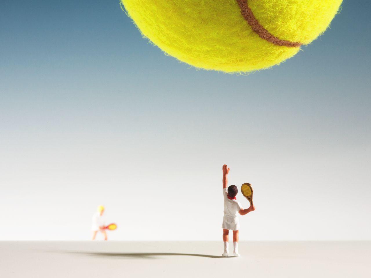 """Makro-Kunstfotos mit den sogenannten """"Kleinen Leuten"""" sind immer weider faszinierend anzuschauen. Dieser kleine Miniatur-Tennisspieler schägt zum Ass…"""