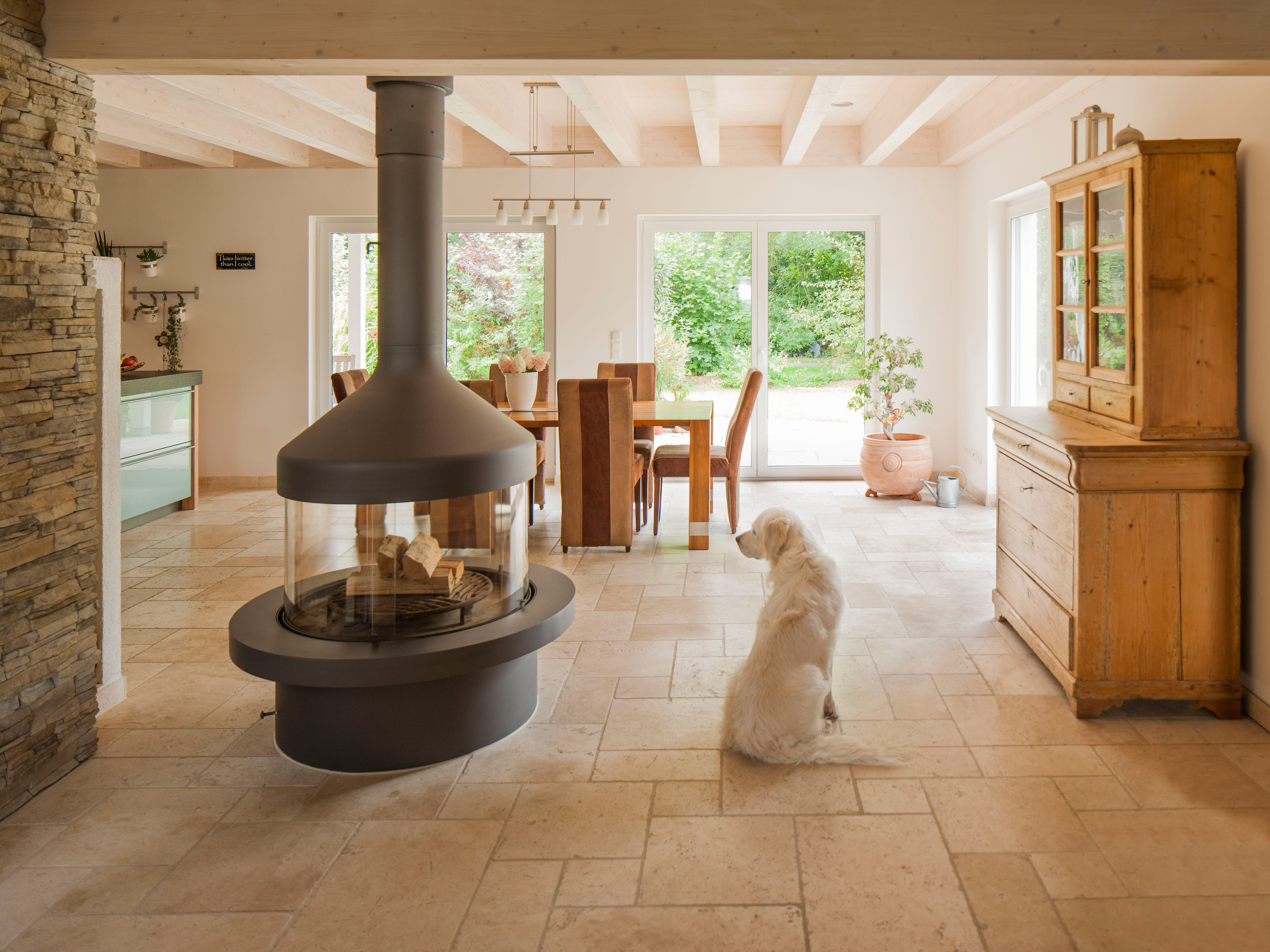 Amazing Ein Wohnzimmer zum Wohlf hlen mit Travertin Fliesen u jonastone de