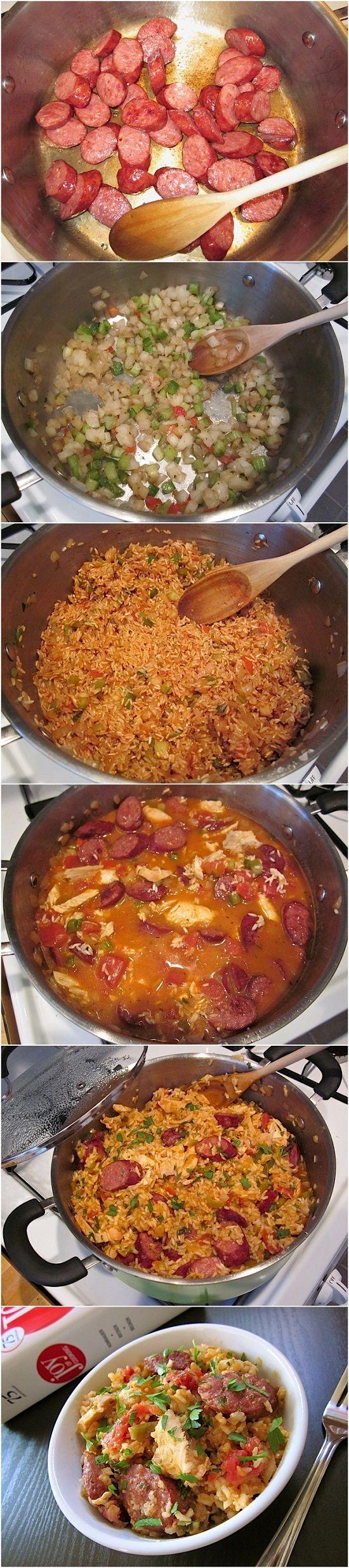 Jambalaya: 1 libra de pollo cocido; 1 libra de salchicha ahumada; 4 dientes ajo; 12 oz. mezcla de condimentos (cebolla, pimiento, apio); 2 tazas de arroz de grano largo ½ a 1 cucharadita de pimienta de cayena; Pasta de tomate 2 cucharadas; 3,5 tazas de agua; 1 lata (15 oz) de tomates cortados en cubitos; 2 hojas enteras de laurel; 1/2 cucharadita de tomillo seco; Perejil media montón; sal y pimienta al gusto.