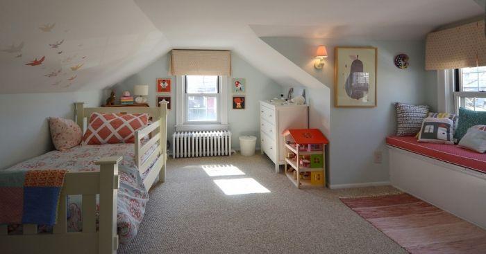 wohnideen-teenager-zimmer-mit-niedriger-Dachschräge-Wände-hell-blau