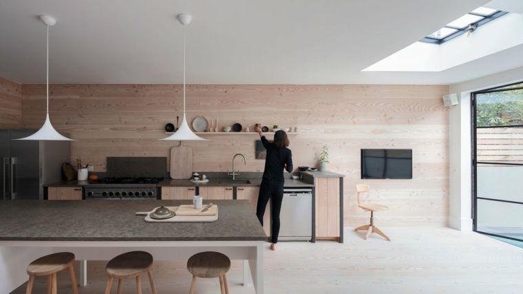 Parete in legno chiaro cucina lineare tavolo per il pranzo con