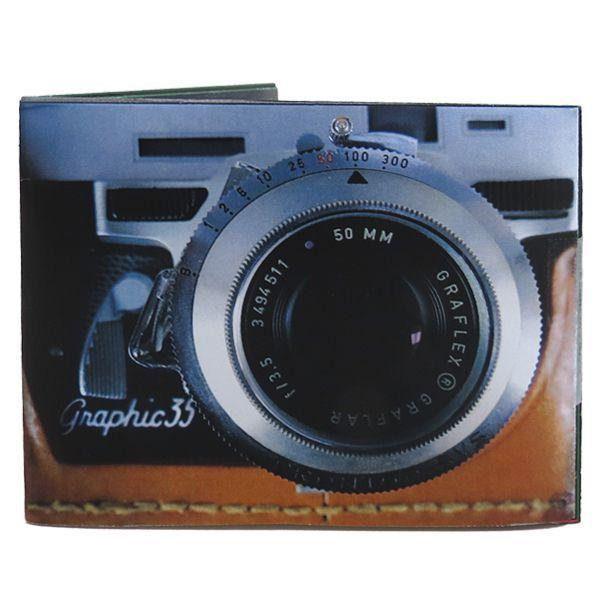 Paga les teves despeses amb aquest bitlleter en forma de càmera antiga, fa els típics sorolls de càmera cada cop que l'obres. També es pot posar en silenci.  Mida: 10,5 x 8,5 cm (bitlleter tancat) Material: tyvek.