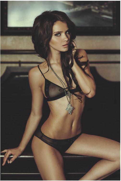 驚くほど美しいエロティックな女性