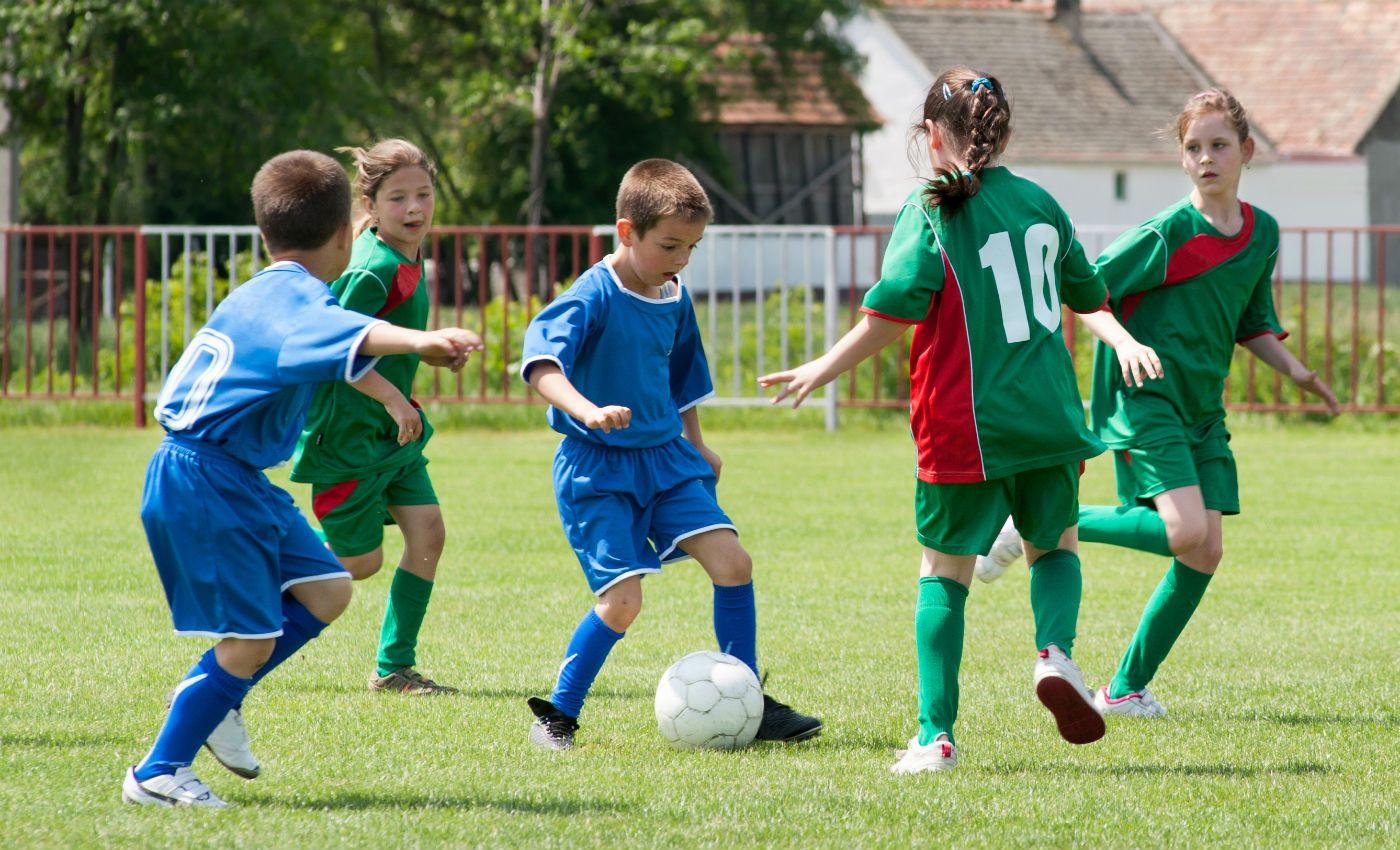 Chơi bóng không cẩn thận cũng là 1trong những nguyên nhân gây nên trẻ bị đau lưng