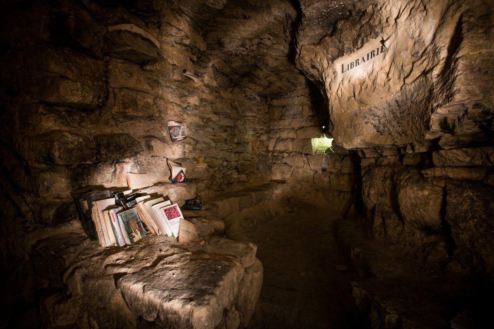 """Publicado no Idealista """"Os turistas não são bem-vindos"""". Nas profundezas de Paris, 35 metros abaixo do solo, há um lugar no qual descansa uma coleção de livros à espera de ser descoberta. Os privil…"""