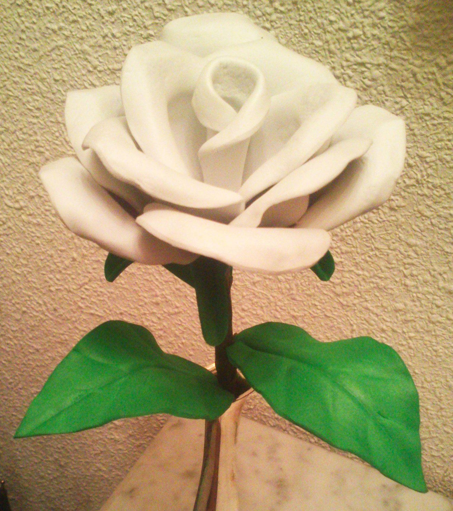 Rosa blanca en goma eva | Rosas blancas, Flores de fomi, Rosas