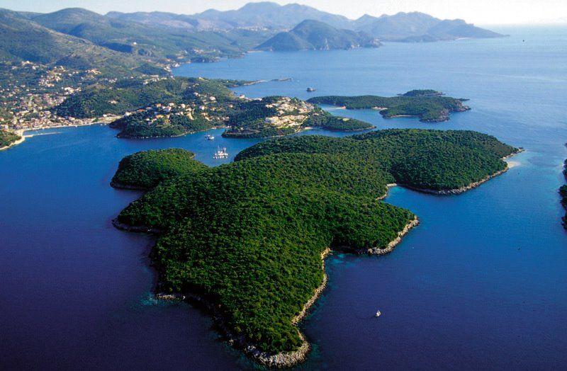 Τα νερά τους κοντράρονται άνετα με τις εξωτικές παραλίες της Καραϊβικής ενώ η όψη τους είναι τόσο γραφική που δεν έχει να ζηλέψει τίποτα από τα πολυφωτογραφημένα Cinque Terre της Ιταλίας.