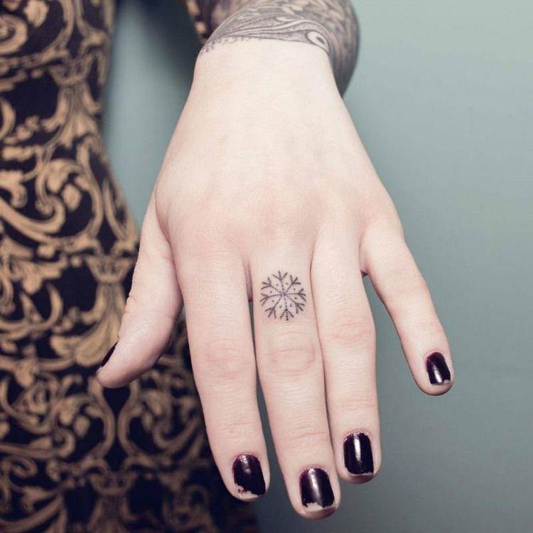 tatouage doigt femme et homme petites id es grand symbolisme tatouage doigt femme tatouage. Black Bedroom Furniture Sets. Home Design Ideas