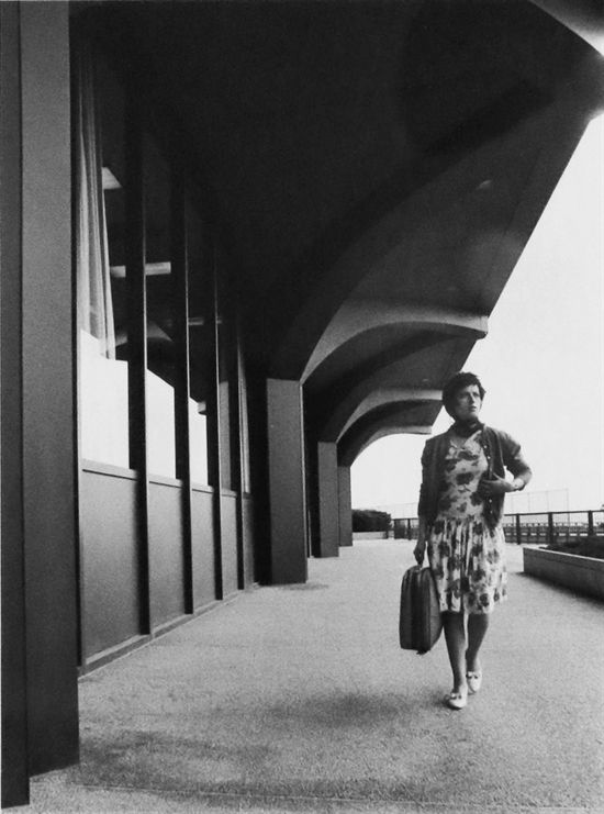 İsimsiz (Dünya Ticaret Merkezi Aşamasında) Cindy Sherman tarafından   ♥♥♥     From her iconic series Untitled Film Stills , Untitled (Under the World Trade Center) is an excellent example of photographer Cindy Sherman's exploration of female archetypes.