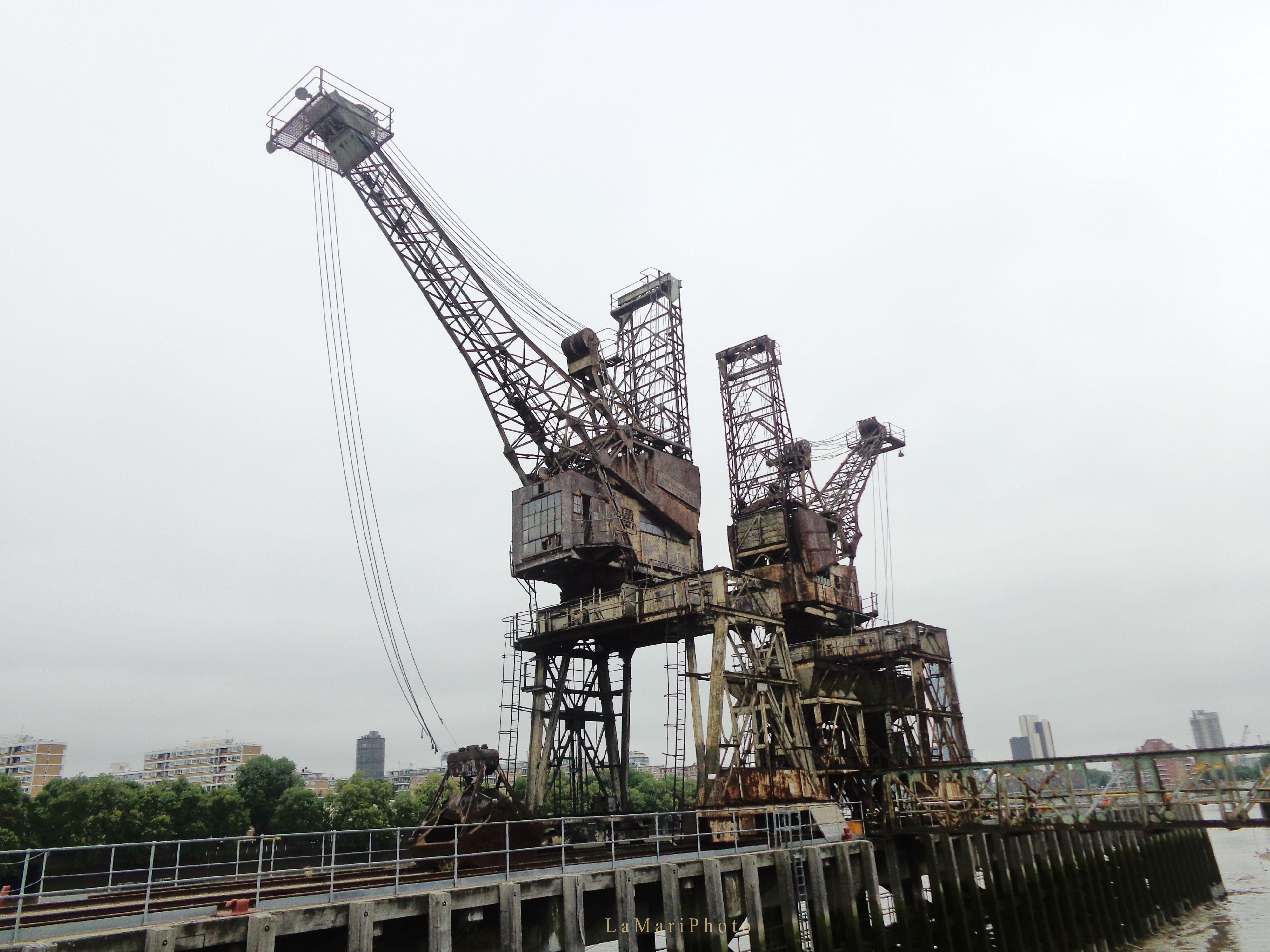 Le gru che scaricavano il carbone dalle navi e che serviva per far funzionare la centrale