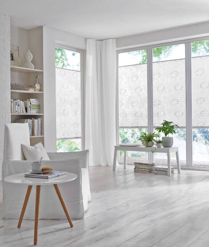wohnzimmer plissee weiss muster  wohnzimmer weiß
