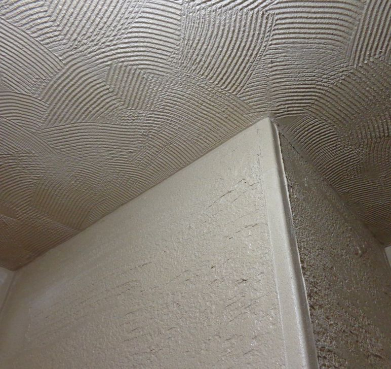トイレ天井を珪藻土で仕上げ くし目ランダム模様で Abstract