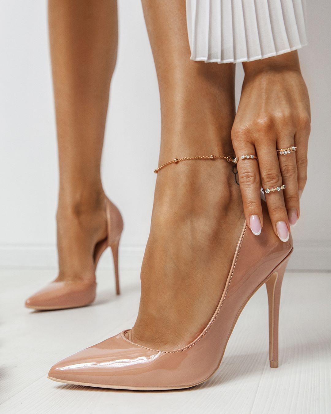 Uwielbiamy Klasyki Bezowe Szpilki To Prawdziwy Musthave W Szafie Kazdej Deezeegirl Wolicie Obcasy Lakierowane Czy Matowe Wedding Shoe Shoes Fashion