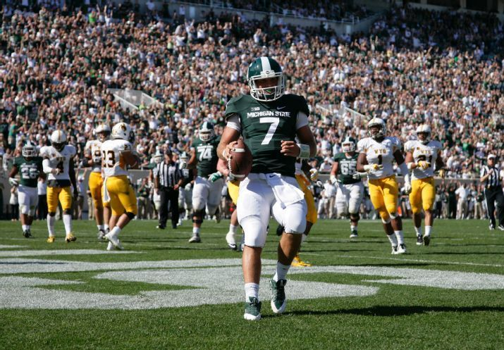 Tyler O Connor 7 Scores A Touchdown On A 12 Yard Keeper Against Wyoming During The Fourth Quarter Of Msu Spartans Football Ncaa College Football Msu Football