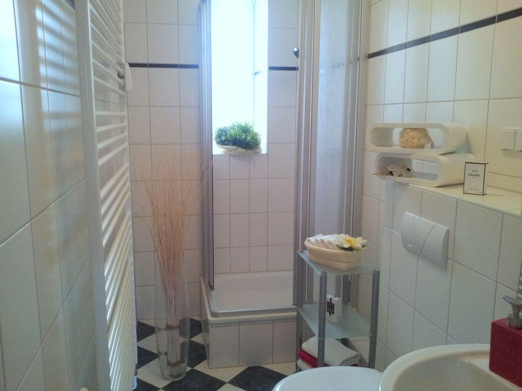 home staging im duschbad einer wohnung in der gartenstadt kreuzkampe aufgenommen und gepinnt. Black Bedroom Furniture Sets. Home Design Ideas