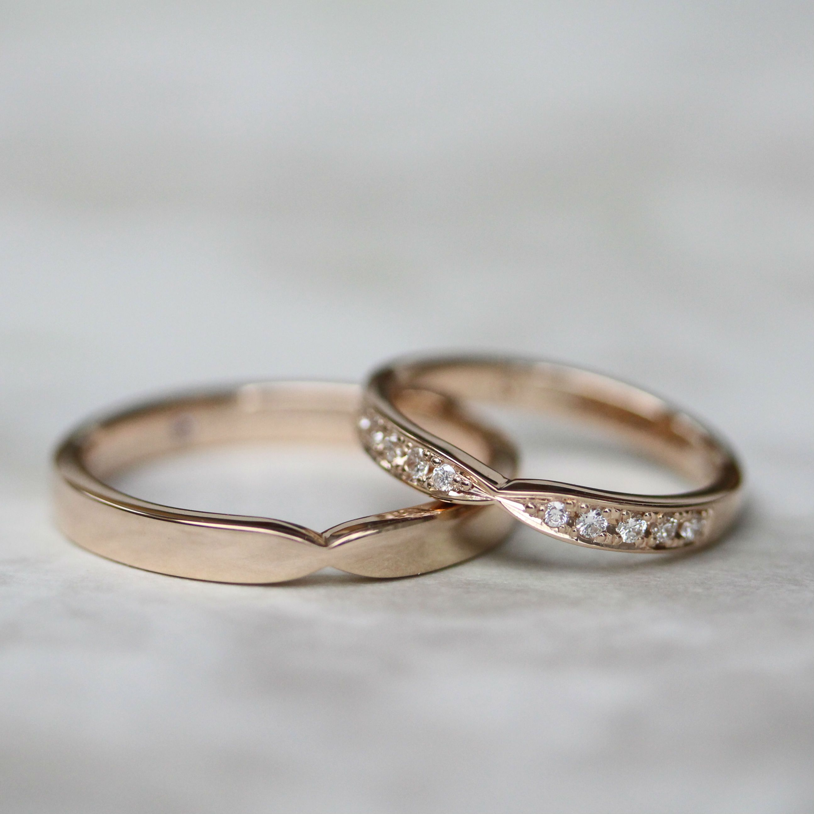 優しくシェイプされたリボンの形の結婚指輪 Cincin tunangan, Cincin perkawinan