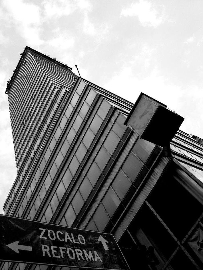 La Torre Latinoamericana es el noveno edificio más alto del país, el número 53 en América Latina, y ocupa  el lugar 415 en el mundo. http://www.mexicanisimo.com.mx/torre-latinoamericana-2/#header