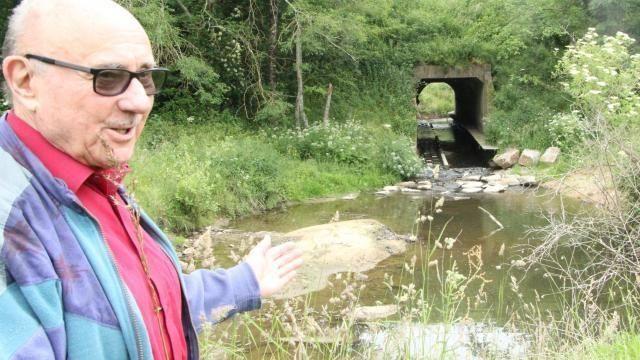 Raymond Bisson, riverain de la Riallée et voisin de nos amis mustélidés, montre les aménagements qui ont été réalisés sous la route de Luçon. Alain Dufresne