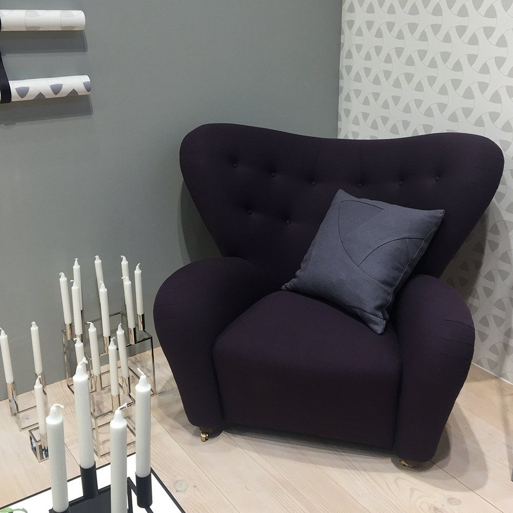 Fauteuil enveloppant violet pour la salon ou la chambre chez By