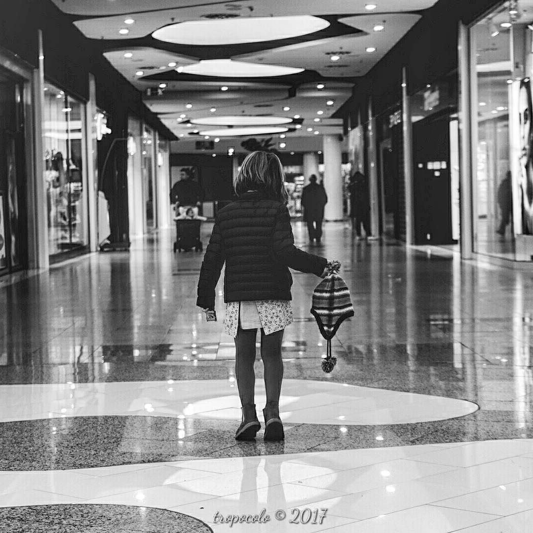 36/365 Mallgirl  #criandoEnByN #mall#light #pequeMayor #girl #instagood #instakids #kids  #vsco #vscogood #vscogrid #vscohub #vscocam  #bnw_life  #sony #sonyA7 #A7 #sonyCamera #sonyAlpha #Alpha #alphaCamera #blackandwhitephoto #igersbnw #humonegrophoto #blackandwhite #blackandwhitephotography #love #family #life #photoshoot -------------------------------------------------- Todos los derechos reservados  tropocolo 2017