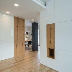 Photo of Un appartamento moderno con un giusto mix di materiali di recupero di quadrastudio moderno legno effetto legno | homify