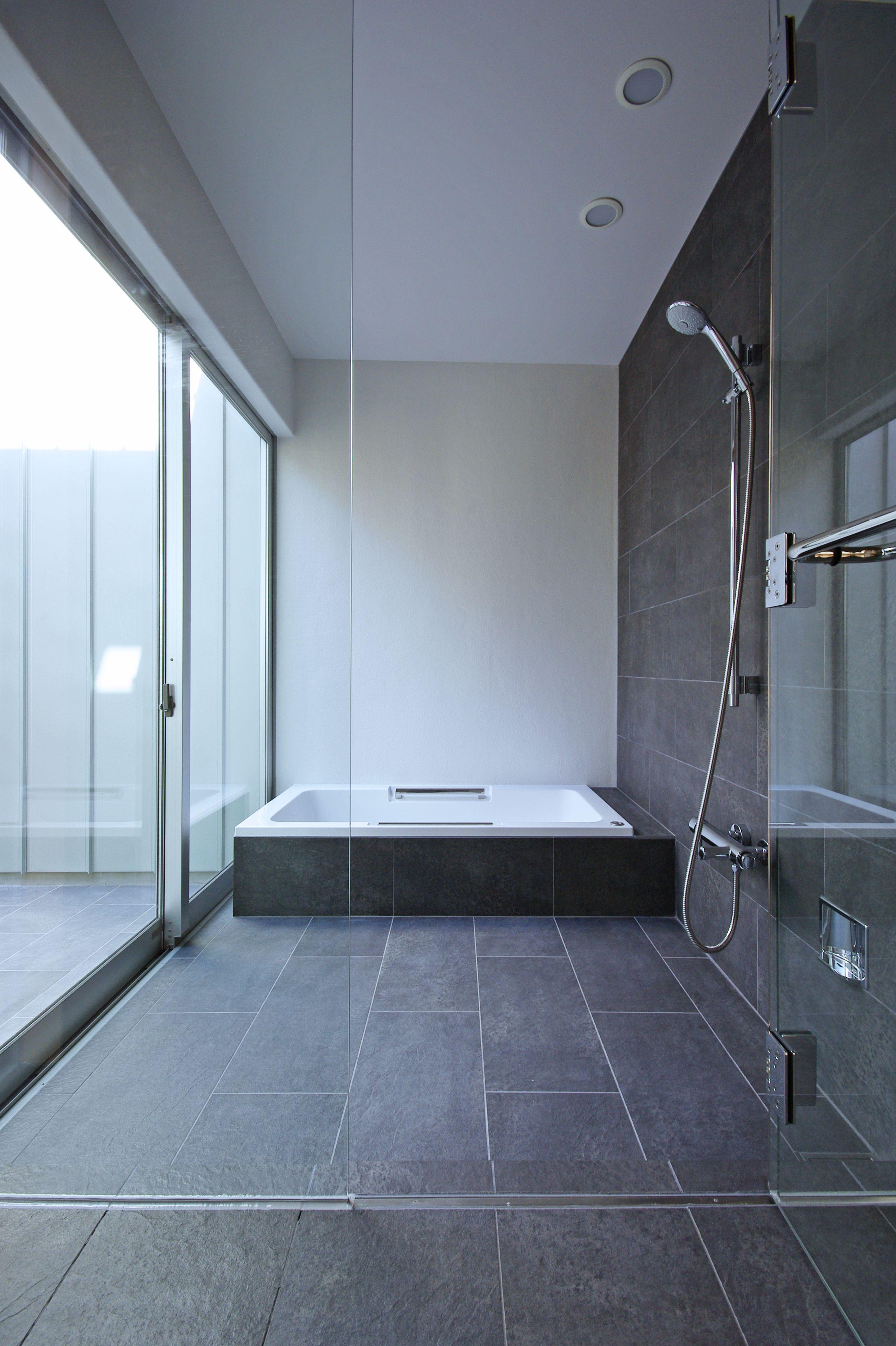 在来の浴室 床はタイル張り 壁はfrp防水 塗装と水栓側はタイル張り