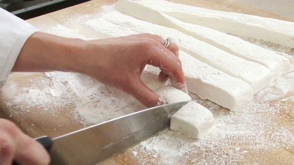 DIY Make Homemade Marshmallows Recipes #healthymarshmallows DIY Homemade marshmallows recipes with different flavors: Learn a simple way to make yummy and healthy marshmallows with a flavor of your choice! #healthymarshmallows