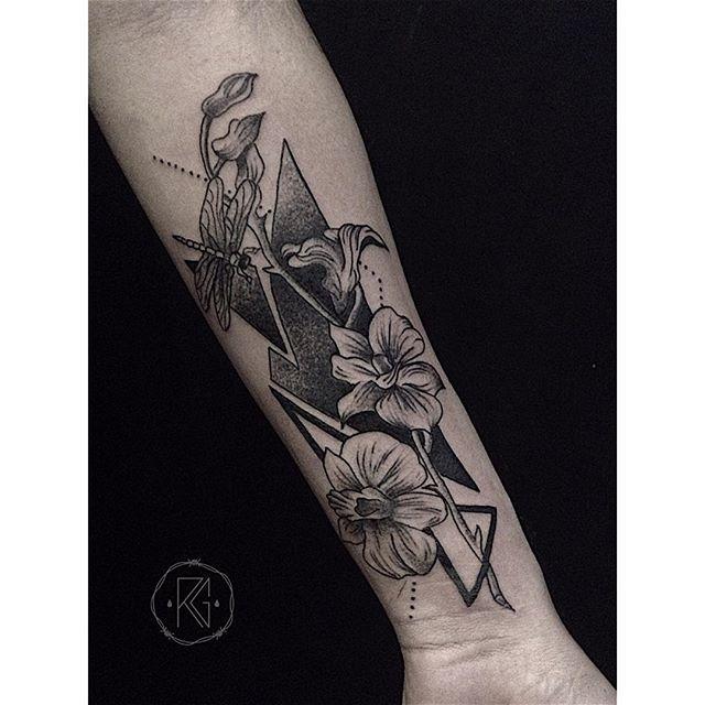 tattoo orchidée à l'encre noir sur l'avant bras d'une fille https