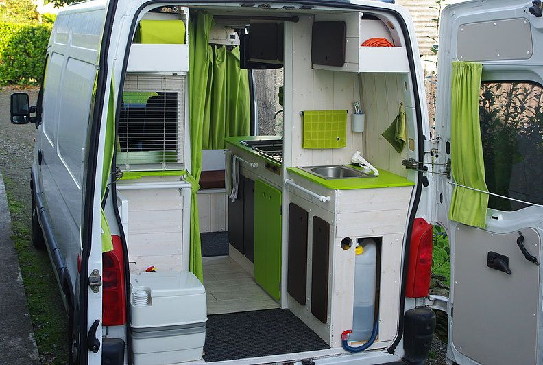 KiriKampi Fourgon Aménagé discret avec meubles amovibles