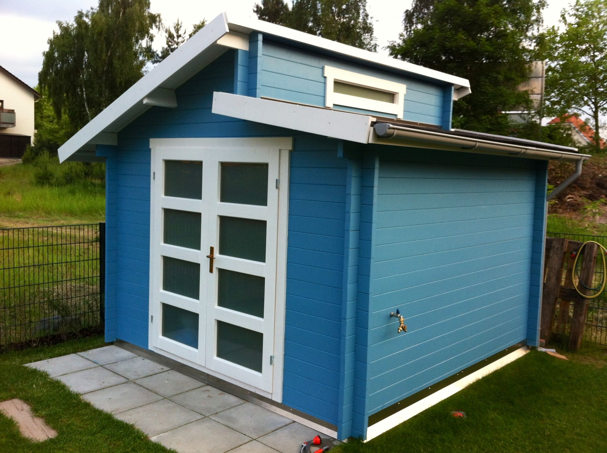der farbklecks im heimischen garten ein blau lasiertest pultdach gartenhaus gartenhaus mit. Black Bedroom Furniture Sets. Home Design Ideas