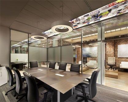 Une salle de conférence essentia entourée de murs architecturaux sky