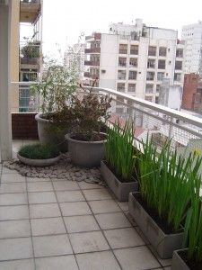 Balcon jardines verticales pinterest balcones for Decoracion balcones pequenos